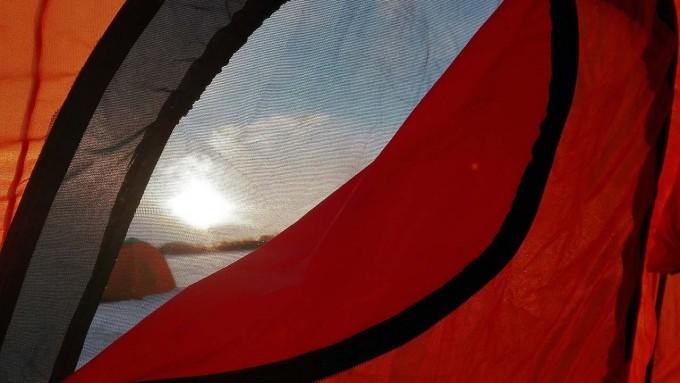 テント内から朝陽